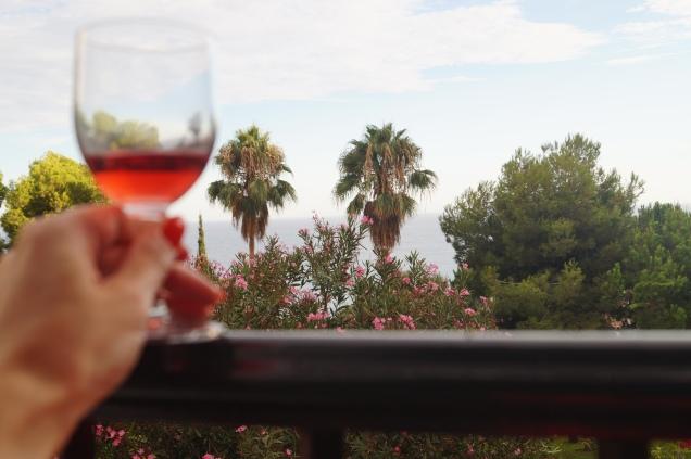 Denna lördagskväll blir det inget rosé med havsutsikt