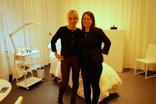 Annica och Elin i behandlingsrummet