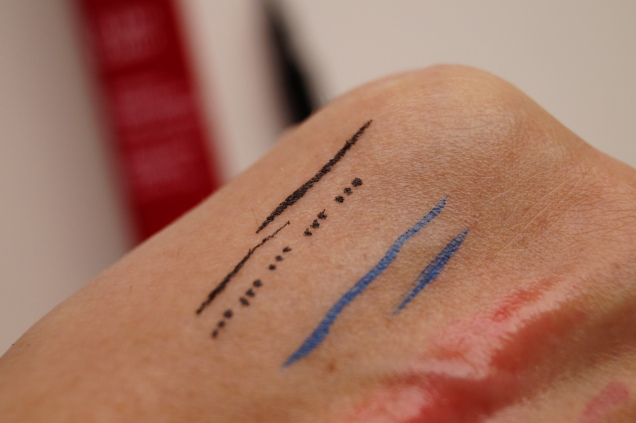 Tryck lätt mot huden och få tre små minimala prickar