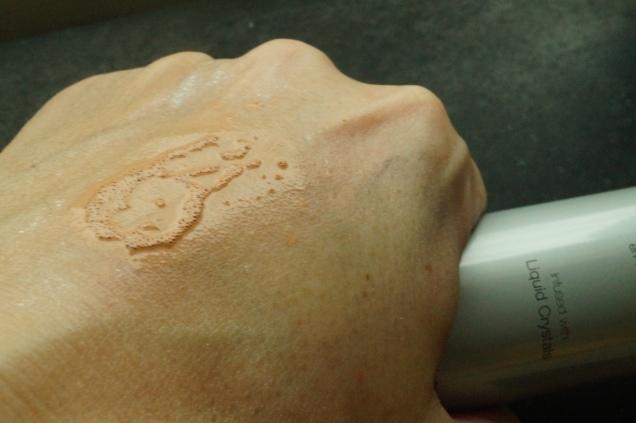 En lätt spray på handen visar en lätt rinnig formula