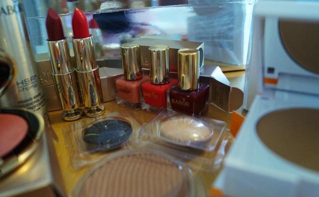 Jättefina nagellack, läppstift och gnistrande ögonskuggor