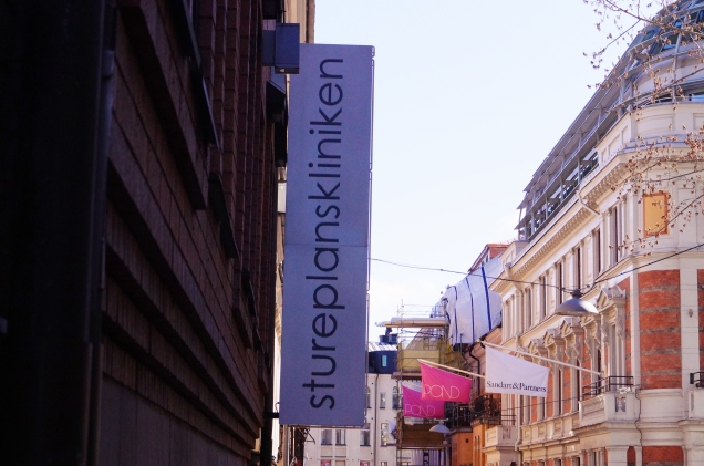Stureplanskliniken ligger mitt i smeten, inne i Stockholms city med 2 min promenad till svampen vid Stureplan.
