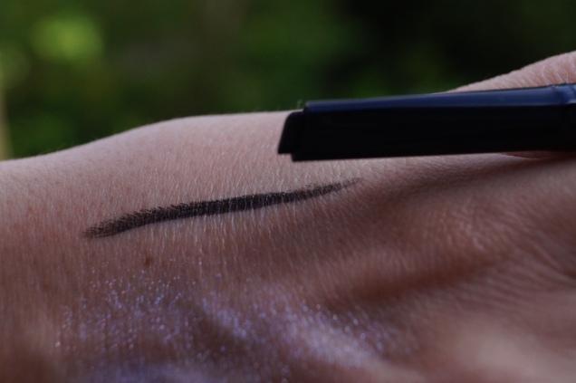 Supersmidig vattenfast snedställd eyeliner i svart.