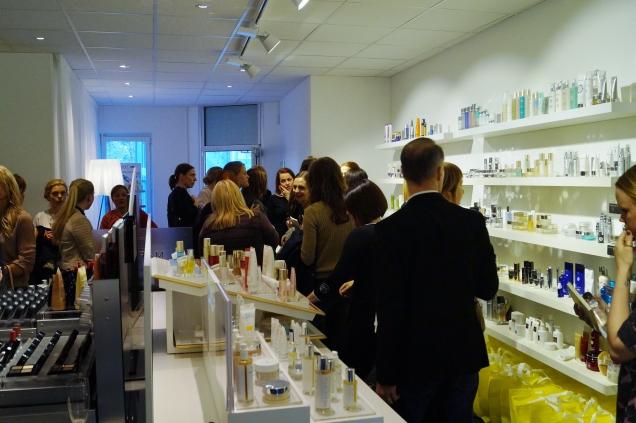 Alla minglade runt i det vackra showroomet med alla skönhetsmärken på rad.