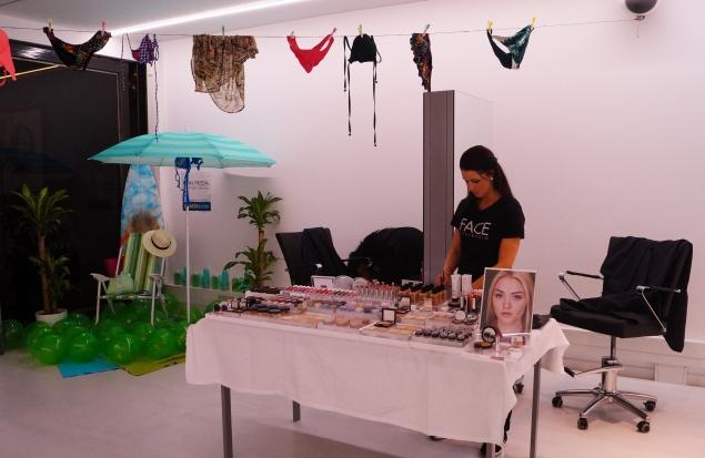 Hela bordet med FACE Stockholms produkter och sommarstolen och badkläder i bakgrunden för känslan av Beack -15. :)