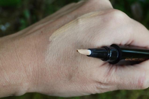 Nu har jag lätt masserat in produkten med fingret och du ser hur lätt den smälter in i huden.