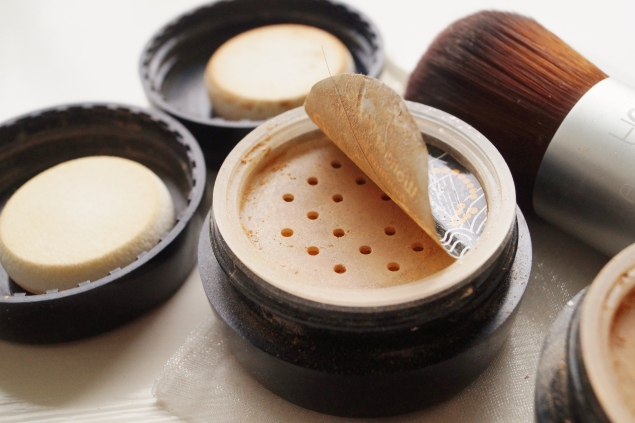 Burkarna är precis som de flesta mineralpuder, har hål i locket så man får skaka ur lite produkt till borsten.
