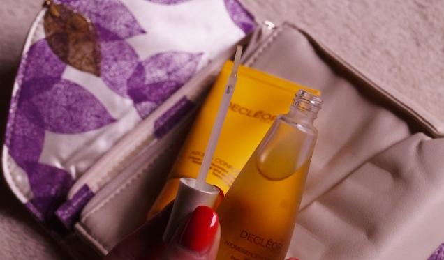 Det finns en liten pensel i oljan som man enkelt penslar på naglarna och nagelbanden.